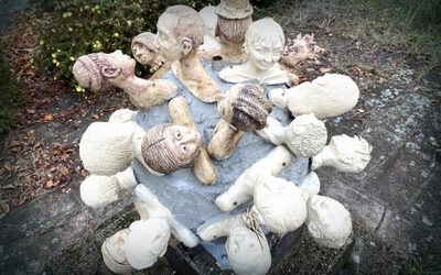 """Charakterköpfe""-Skulptur schmückt den vorderen Schulhof"